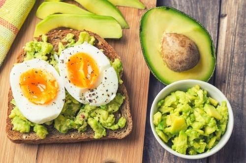 τοστ-αβοκάντο-αυγό